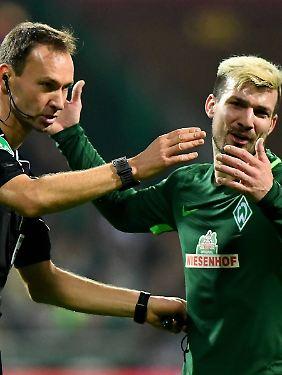 Kein Tor: Schiedsrichter Bastian Dankert hat Video geschaut, Bremens Jérôme Gondorf wirkt ein wenig enttäuscht.