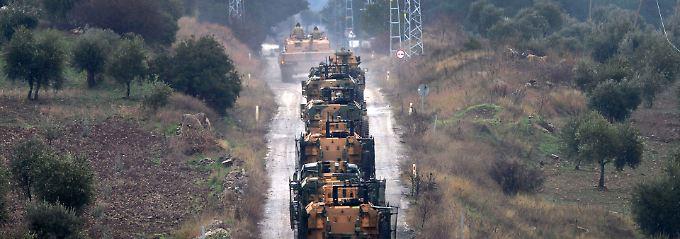 Nachschub für den Kriegseinsatz in Syrien: Ein türkischer Militärkonvoi unterwegs Richtung Grenze.