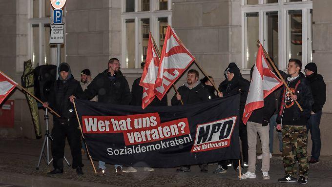 Anhänger der NPD und der Jungen Nationalen protestieren Mitte Januar 2018 vor dem Bundesjustizministerium in Berlin gegen das neue Netzwerkdurchsetzungsgesetz.