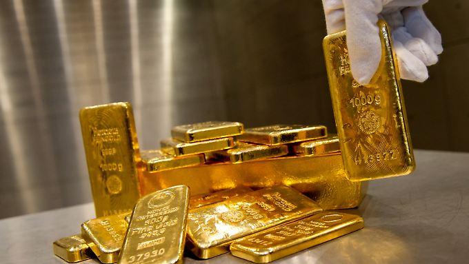 Anleger können Goldbarren und Münzen kaufen, aber auch Wertpapiere, die die Preisentwicklung nachbilden.
