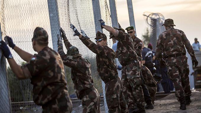 Ungarische Soldaten errichten im Herbst 2015 an der EU-Außengrenze zu Serbien einen Zaun - bei einem Beitritt Belgrads müsste der wieder fallen.