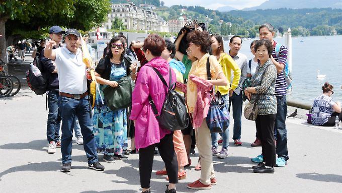 Reiseleiter müssen den Urlaubern mit Ratschlägen und Informationen zur Seite stehen.