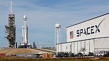 "Jungfernflug der ""Falcon Heavy"": Elon Musk schießt Tesla ins All"