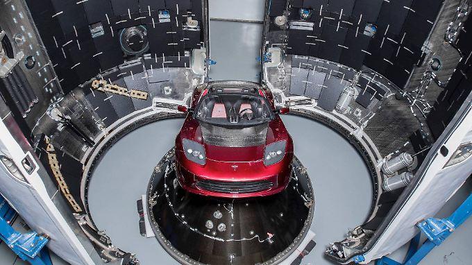 Dieser kirschrote Tesla schwebt seit Dienstag durchs Weltall.