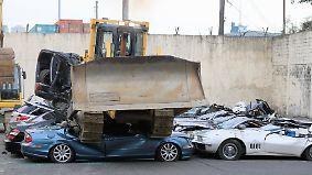 Kampf gegen Steuerbetrug: Duterte lässt Luxusautos von Bulldozer plätten