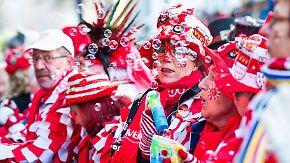 Beste Laune in jecken Hochburgen: Narren starten friedlich in den Karneval