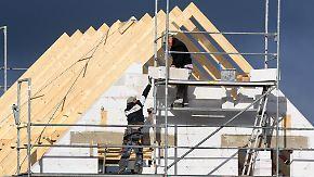 Zinsen steigen moderat: Hausbauer müssen tiefer in die Tasche greifen
