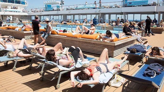 """Sonnenbad auf dem Deck von """"Mein Schiff 3""""."""