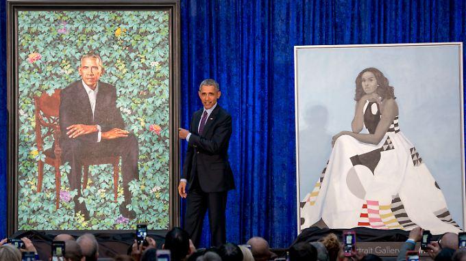 Ex-US-Präsident Barack Obama präsentiert die Porträts von ihm und seiner Frau Michelle in der National Portrait Gallery.