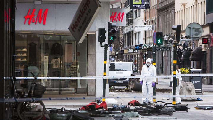 Der Terrorist war erst in eine Menschenmenge und dann in ein Kaufhaus gerast.