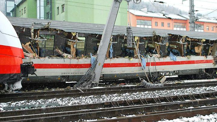Der EC von Graz nach Saarbrücken war am Montag im Bahnhof Niklasdorf in der Steiermark mit einem Regionalzug zusammengestoßen.