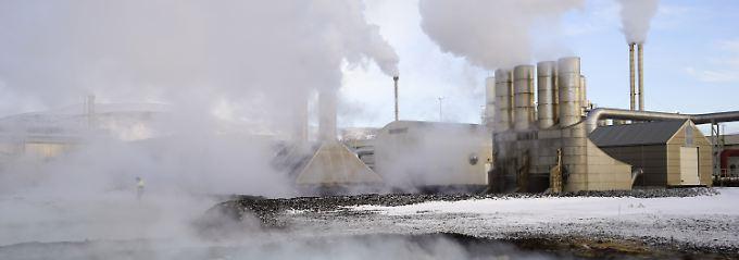 Dampfwolken steigen aus einem Erdwärme-Kraftwerk. Das Kraftwerk in Grindavik, Island versorgt ein Rechenzentrum, in dem Bitcoins errechnet werden.