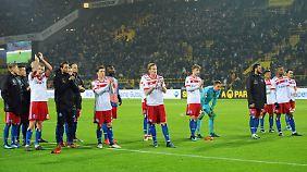 Optimismus sieht anders aus: Die HSV-Spieler verabschieden sich am Wochenende nach der 0:2-Niederlage in Dortmund von den mitgereisten Fans.