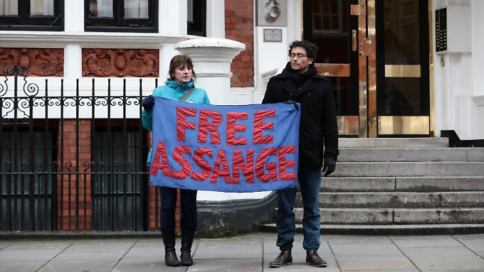 Vor der ecuadorianischen Botschaft in London fordern Aktivisten die Aufhebung des Haftbefehls gegen Assange.