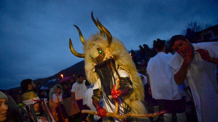 """Auch in Spanien wird Karneval gefeiert - zum Beispiel im nordspanischen Alsasua. Dort gehört der """"Momotxorro"""" dazu, ein Mischwesen aus Mensch und Tier."""