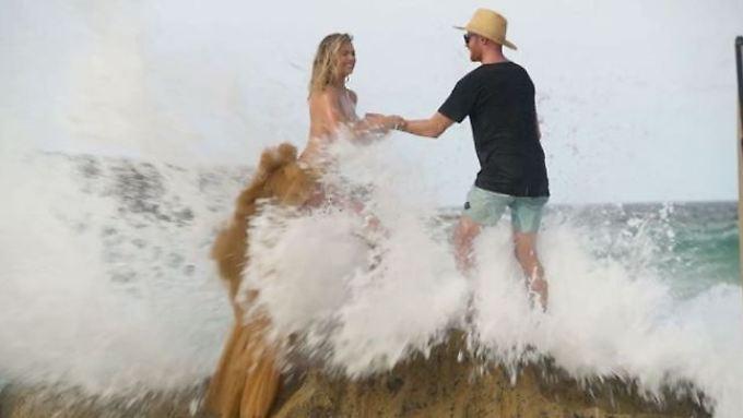 Kate Upton wird von einer Welle überrascht. Auch ihr Assistent kann ihr da nicht mehr helfen.