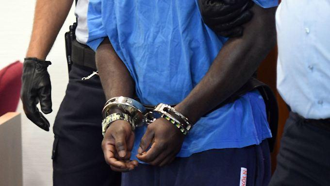 Der abgelehnte Asylbewerber aus Ghana war wegen besonders schwerer Vergewaltigung und räuberischer Erpressung zu elfeinhalb Jahren Haft verurteilt worden.