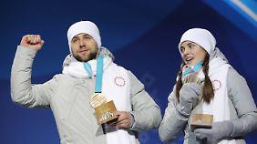 Ihren Medaillen feiern die russischen Athleten in Südkorea in unschuldigem Weiß.