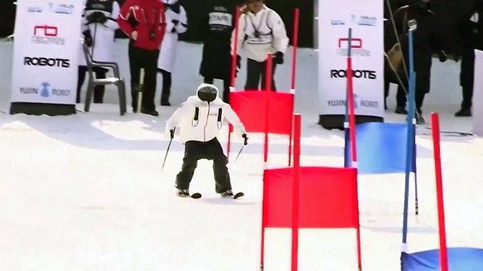 Keine Machtübernahme auf der Piste: Drollige Ski-Roboter purzeln um die Wette