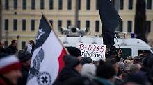 Holocaust-Leugner droht Beamten: Polizei löst Neonazi-Kundgebung auf