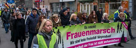 """AfD-Ideen statt Frauenrechte?: Rechter """"Frauenmarsch"""" stößt auf Widerstand"""