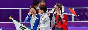 ... und verpasst damit ausgerechnet bei ihren Heimspielen den Gold-Hattrick nach ihren Triumphen 2010 in Vancouver und 2014 in Sotschi. Tränen statt Triple, da spendet die Siegerin Trost.