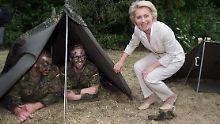 Hat eines der seltenen Bundeswehrzelte samt Besatzung gefunden: Verteidigungsministerin Ursula von der Leyen