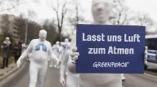 Greenpeace-Demo für saubere Luft auf der Bundesstraße 14 in Stuttgart.