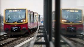 Nur dank einer sofortigen Bremsung ist der Zug wenige Meter vor der Frau zum Stehen gekommen.