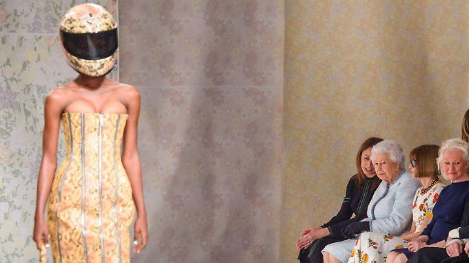 Motorrad-Helm zum Corsagenkleid - vielleicht nicht unbedingt das Outfit einer Königin.