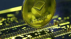 Auf Ethereum basieren die dazugehörige Cyber-Devise Ether sowie zahlreiche weitere Kryptowährungen.