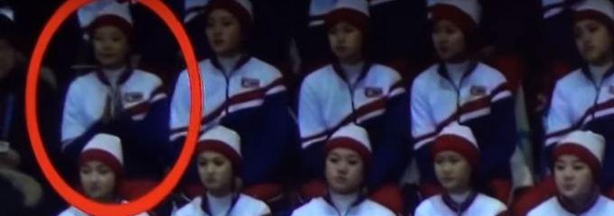 Heikles Missgeschick: Kims Cheerleaderin klatscht für Erzfeind
