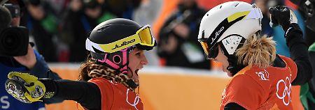 Welch' Freude: Selina Jörg, die Silbermedaillengewinnerin, und links Ramona Hofmeister, die Bronze gewann.