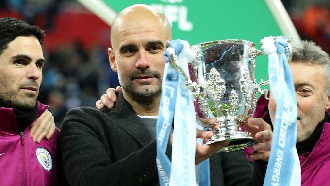 Deshalb kam er: Josep Guardiola und der erste Pokal, den er mit Manchester City gewonnen hat.