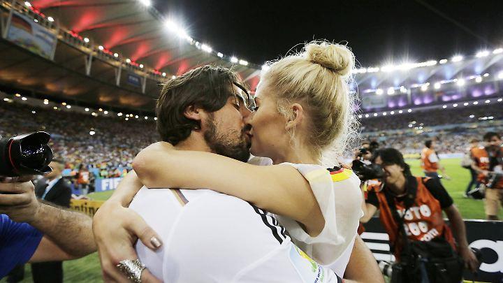Küsse nach dem Spiel sollten kein Problem sein. Auch sonst gilt: Zuneigung, körperliche Wärme und Kuscheln können Ventile sein bei starker Anspannung.