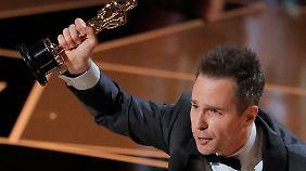 Sam Rockwell nimmt den ersten Oscar des Abends entgegen.