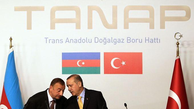 Der aserbaidschanische Präsident Ilham Aliyev (l) und der türkische Ministerpräsident Recep Tayyip Erdogan unterzeichnen 2012 das TANAP-Gasleitungsprojekt: ein Teilprojekte des Südlichen Gaskorridors.