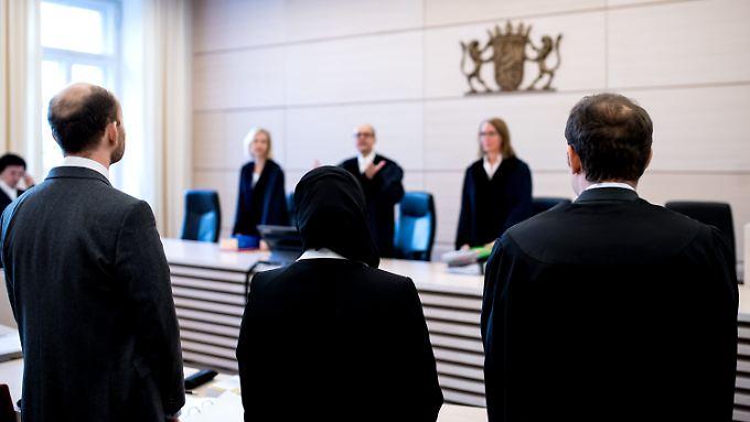 Den Gerichtssaal darf die Klägerin mit Kopftuch betreten. Am Richtertisch damit Platz nehmen, darf sie nicht.