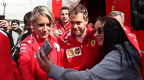 Erst ein Foto, dann die Bestzeit: Ferrari-Star Sebastian Vettel in Barcelona.