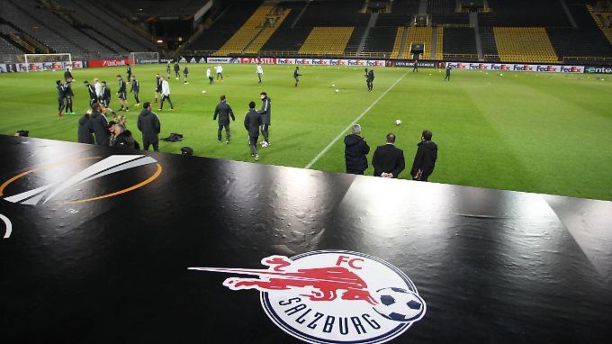 Abschlusstraining in Dortmund: die Spieler des FC Red Bull Salzburg. Im Europapokal müssen sie allerdings auf Geheiß der Uefa den Getränkekonzern im Namen weglassen.