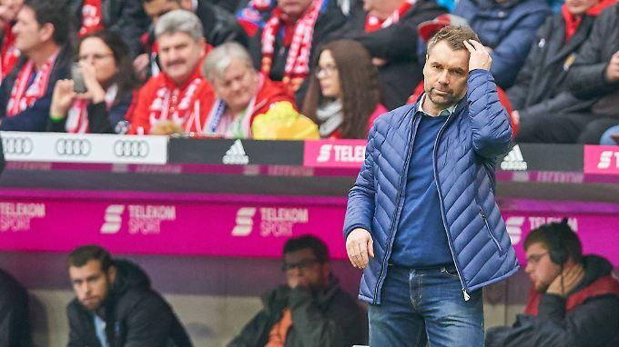 Das war's dann: Bernd Hollerbach beim 0:6 des HSV am Samstag in München.