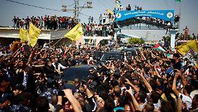 Der Konvoi von Rami Hamdallah kämpft sich durch Menschenmassen im Gazastreifen.