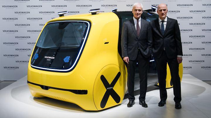 Konzernchef Matthias Müller (links) und Finanzvorstand Frank Witter vor einem selbstfahrenden Sedric-Schoolbus.