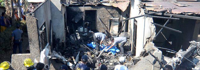 Zehn Tote auf den Philippinen: Flugzeug stürzt in Wohnhaus