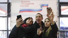Viele Wähler machten Selfies in den Wahllokalen - wie hier in Moskau.