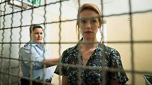 Katrin (Lavinia Wilson, r.) ist nach dem Besuch bei ihrem inhaftierten Mann noch verstörter als vorher.