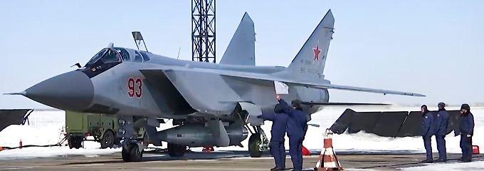 Ein Kampfjet vom Typ MiG-31 wird für den Start einer neuen Hyperschallrakete präpariert.
