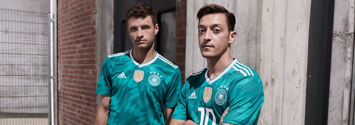 Seht her: Thomas Müller und Mesut Özil im grünen Auswärtstrikot der DFB-Elf für die Fußball-Weltmeisterschaft in Russland 2018.