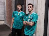 Eigentlich hätten wir ja ein Foto von Juliabn Draxler zeigen müssen - schließlich wird er im Text zitiert. Aber Thomas Müller und Mesut Özil sehen einfach so unfassbar cool aus.