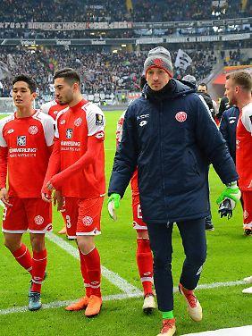 Schwere Zeiten: Der Mainzer Torhüter René Adler geht nach der Partie in Frankfurt zu den Fans.